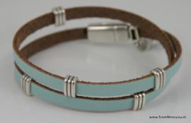 Leren wikkelarmband lichtblauw met metalen schuivers
