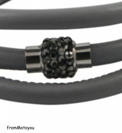 Licht grijze leren armband met antraciet magneet