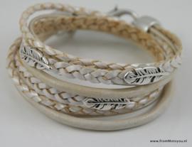 Leren wikkelarmband wit combinatie met veertjes