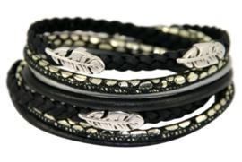 Leren wikkelarmband zwart met zilver combinatie met veertjes