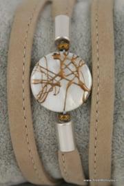 Wikkelarmband beige met schelpkraal