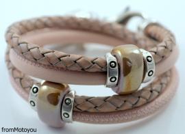 Handgemaakte leren armband licht roze en gevlochten roze met keramiek