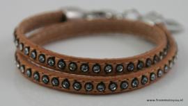 Lichtbruine leren armband met strass