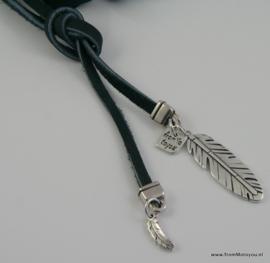 Lange ketting zacht nappa leer blauw met hangers veer