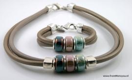 Handgemaakte ketting en armband twee banden leer donkerbeige en brons met kleurige keramiek