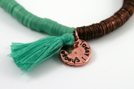 Hippe damesarmband groen/bronskleur met kwastje,1 maat