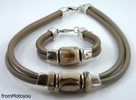 Handgemaakte ketting en armband twee banden leer donkerbeige en brons met keramiek