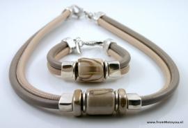 Handgemaakte ketting en armband beige en taupe leer met beige keramiek