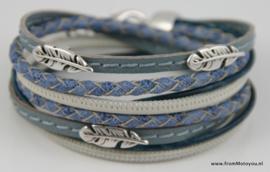 Leren wikkelarmband blauw en wit combinatie met veertjes