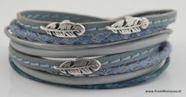 Leren wikkelarmband blauw en grijs combinatie met veertjes