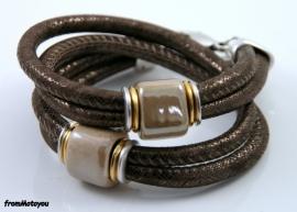 Handgemaakte leren armband bruin leer met keramiek