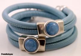 Handgemaakte leren armband lichtblauw