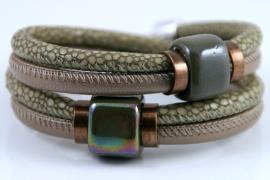 Handgemaakte leren armband beige/brons leer en licht olijfgroen snake print leer met keramiek