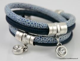 Handgemaakte leren armband donkerblauw met blauw print snake met swarovski hanger