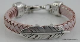 Leren armband met grote metalen veer roze