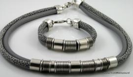 Handgemaakte ketting en armband grijs snake en grijs leer met metalen schuivers