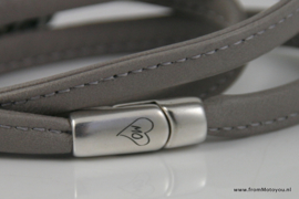 Wikkelarmband grijs met panter schelpkraal