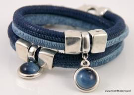 Handgemaakte leren armband donkerblauw met jeansblauw print met hanger