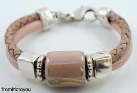 Handgemaakte dames armband licht roze en roze gevlochten leer met keramiek