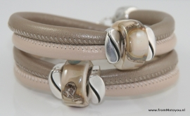 Handgemaakte leren armband licht en donker beige leer met keramiek