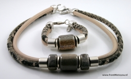 Handgemaakte ketting en armband zwart/beige snake en beige leer met keramiek