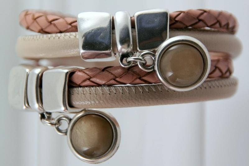 Handgemaakte leren armband beige en gevlochten peachkleur met hangers