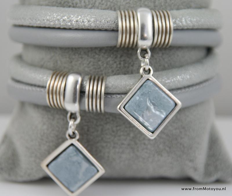 Handgemaakte leren armband lichtgrijs en zilver leer met hangers