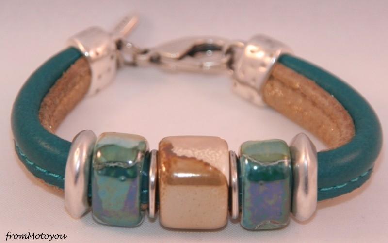 Handgemaakte dames armband twee banden leer zeegroen met goud beige