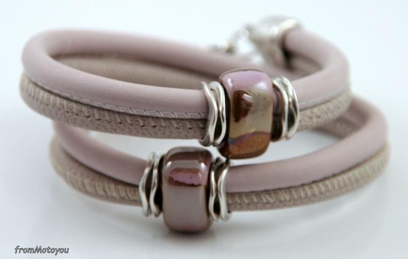 Handgemaakte leren armband roze en beige met keramieken