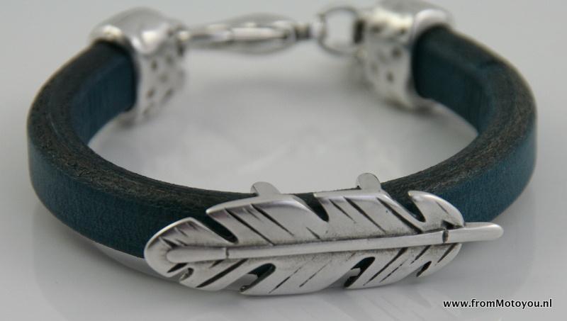 Leren armband met grote metalen veer jeansblauw