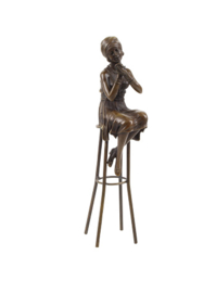 Bronzen dame met lippenstift op kruk