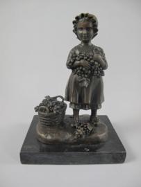 Bronzen beeld meisje met druivenmandje