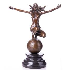 Koningin van de wereld bronzen beeld