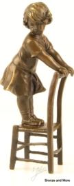 Bronzen beeld staand meisje op stoel