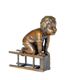 Bronzen beeld jongetje met kruk