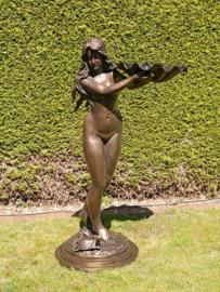 Bronzen fontein vrouw met schelp