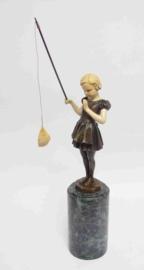 Bronzen vissend meisje beeld
