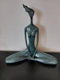 Bronzen vrouw in lotus houding beeld