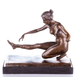 Bronzen naakt balancerende vrouw