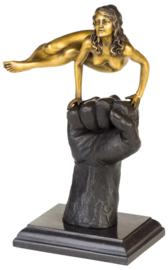 Balancerende bronzen vrouw op vuist