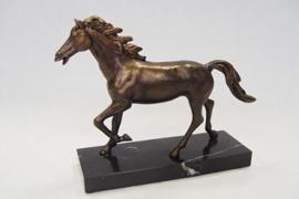 Gietijzeren paard in draf beeld