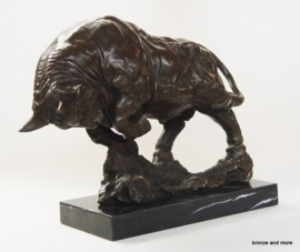 Bronzen aanvallende stier