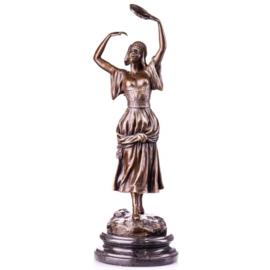 Bronzen tamboerijn speelster beeld