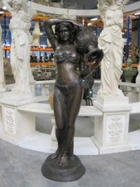 Bronzen fontein vrouw met waterkruik