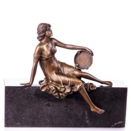 Bronzen vrouw met tamboerijn beeld