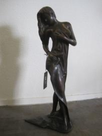Bronzen beeld van een badende vrouw