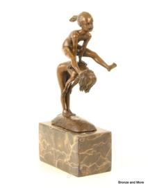 Bronzen beeld haasje over spelen