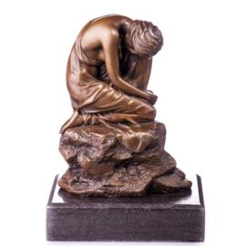 Dromende vrouw op steen brons beeld