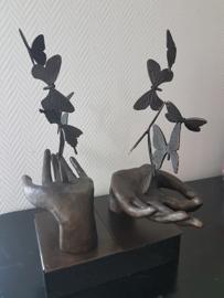 Bronzen hand met zes vlinders beeld