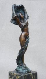 Bronzen vrouw met sjaal beeld